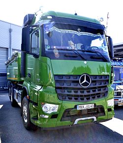 Mercedes-Benz Arocs - green -side front view.JPG