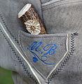 Messertasche in einer Lederhose mit Monogramm und Trachtenmesser.JPG