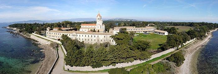 Леринское аббатство (основано в начале V века святым Гоноратом Арелатским на одном из островов юга Франции)
