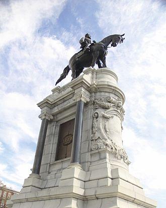 Fan district - Robert E. Lee statue on Monument Avenue