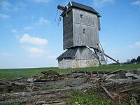 Moulin sur pivot à vent de Lignerolles avec les ailes de type Berton décrochées en avant plan.JPG