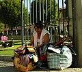 Mujer vendiendo artesanías.jpg