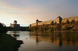 Il fiume narva tra i castelli di narva e ivangorod