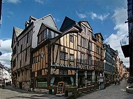 Nella foto, Rouen, Francia. Si distinguono i muri dal tipico motivo a zebra come si possono vedere sia in Francia che in Inghilterra.