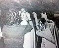 Oberá - Patricia Mendieta entregando sus atributos a Viviana Alvez en la Fiesta del Inmigrante en 1983.jpg