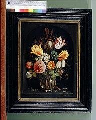 Stilleven met glazen bloemenvaas in een nis