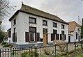 Overzicht witgepleisterd, rietgedekt huis, vensters met luiken en glas-in-lood in de bovenlichten - Huissen - 20405451 - RCE.jpg