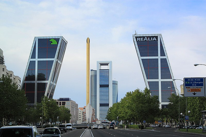 Moderna arhitektura - Page 4 800px-Paseo_de_la_Castellana_%28Madrid%29_48