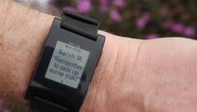Pebble, smartwatch del 2013 che comunica con l'utente attraverso lo smartphone collegato con il Bluetooth