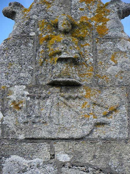 Extérieur de l'église Saint-Nonna de Penmarc'h (29). Bateau et ange sculptés ornant un pignon.