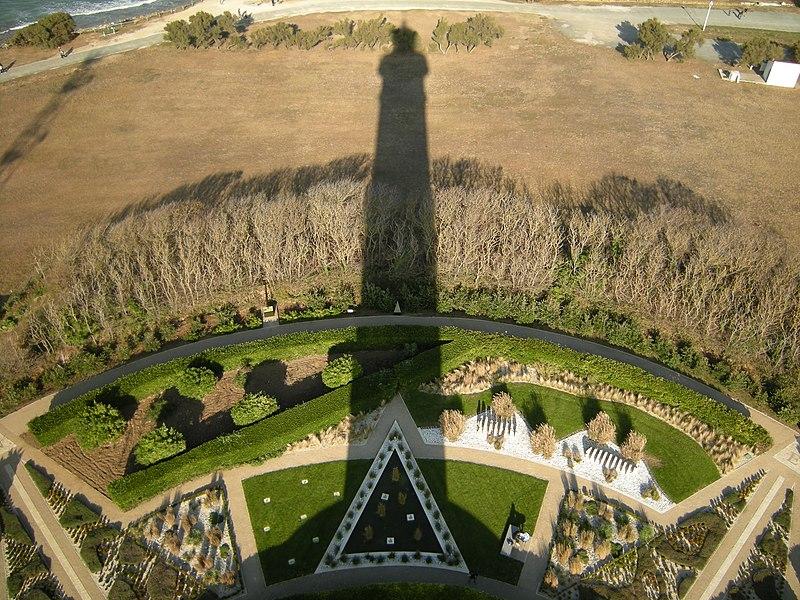http://upload.wikimedia.org/wikipedia/commons/thumb/1/15/Phare_de_Chassiron_-_jardins.JPG/800px-Phare_de_Chassiron_-_jardins.JPG