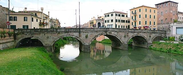 Мельничный мост (Понте-Молино) в Падуе через реку Баккильоне. Построен в I веке до н. э., впоследствии реконструировался.