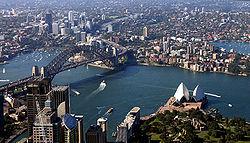 La mayor parte de los australianos vive en áreas urbanas; Sídney es la ciudad con más habitantes en Australia. La tendencia a la urbanización es más fuerte en Australia que en muchas otras partes del mundo.
