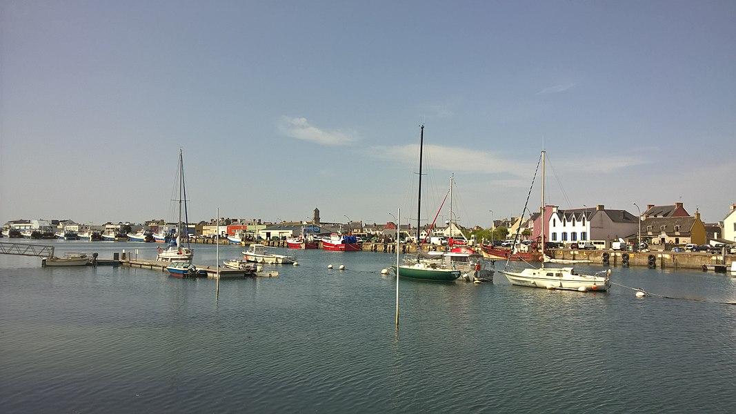 Une vue élargie du port du Guilvinec dans le Pays Bigouden Sud en Bretagne, certains bateaux de pêche restent à quai le temps d'une réparation.