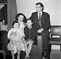 Portretfoto van de conciërge en haar gezin, Bestanddeelnr 252-9330.jpg