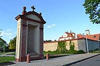 Praha, Bílá Hora, kaple poutní cesty u kláštera.JPG