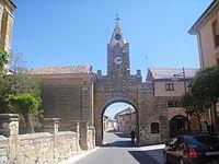 Puerta del reloj de Villabrágima.JPG