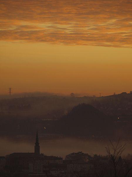 File:Quartier du Soleil de Saint-Etienne et terril de l'Eparre à l'aube.jpg
