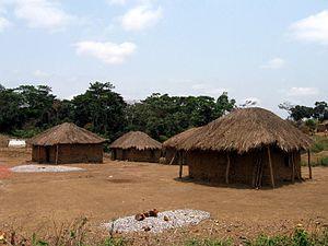 """Ein """"Quimbo"""", ein typisches Dorf entlang der Luanda-Uíge Überlandstraße"""