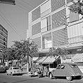 Ramat Goan Winkelstraat met geparkeerde auto's en scooters, Bestanddeelnr 255-3829.jpg