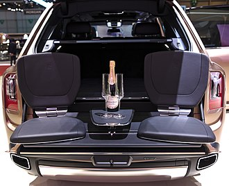 Rolls-Royce Cullinan - Camping seats in the trunk