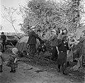 Rondtrekkende families slaan hun kamp voor de nacht op, Bestanddeelnr 191-0827.jpg