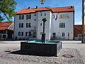Rosshaupten, Dorfplatz mit alter Schule.jpg