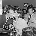Rudi Carrell met de Zilveren Roos bij aankomst op Schiphol, Rudi Carrell en Anne, Bestanddeelnr 916-3516.jpg