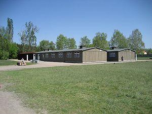 Foto degli alloggiamenti del campo dove dormivano i prigionieri.