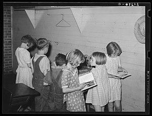 Des enfants qui choisissent des livres de la petite bibliothèque de leur école près de La Forge dans le Missouri aux États-unis.