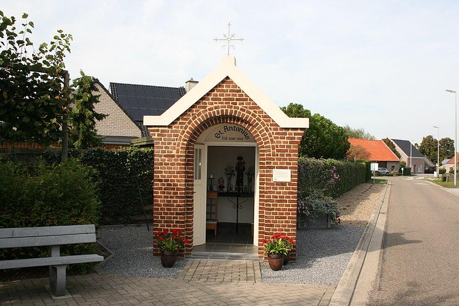 De Sint-Antoniuskapel in Molenbeersel is gelegen op de Rondstraat.
