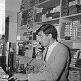 Sjaak Swart telefoneert in zijn sigarenzaak, Bestanddeelnr 918-3596.jpg