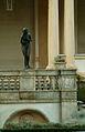 Skulptur auf der Brüstung der Veranda des Gästehauses der Niedersächsischen Landesregierung.jpg