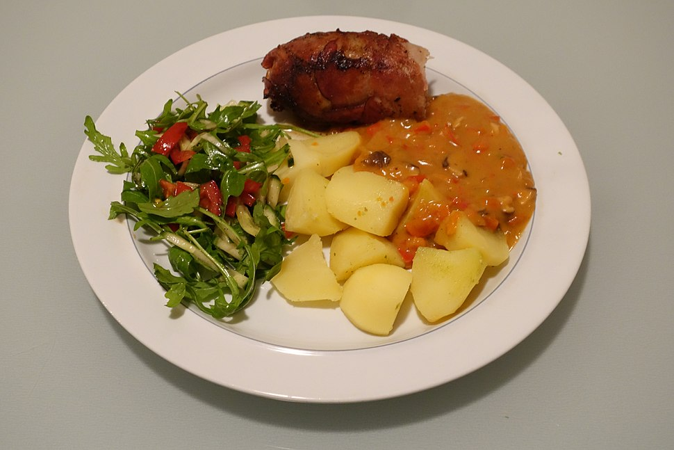 Slavink with potatoes and sweet pepper sauce