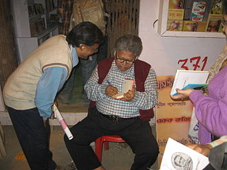 Sunil Gangopadhyay - Sunil Gangopadhyay giving autographs to his fans in Kolkata Book Fair 2010