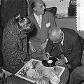 Sydney Bechet tekent grammofoonplaten bij Discotone eigenaar Hank van Leer L. , Bestanddeelnr 908-0486.jpg