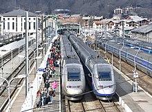 TGV et touristes en gare de Bourg-Saint-Maurice en hiver