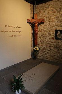 La tomba del Venerabile Giuseppe Lazzati all'Eremo San Salvatore di Erba.
