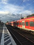 Train entering the Holtensen-Linderte train station.jpg