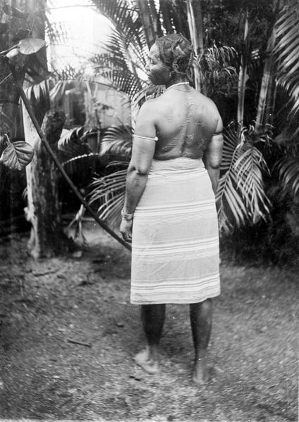 File:Tropenmuseum Royal Tropical Institute Objectnumber 10019205 Marronvrouw met scarificaties (kamemb.jpg