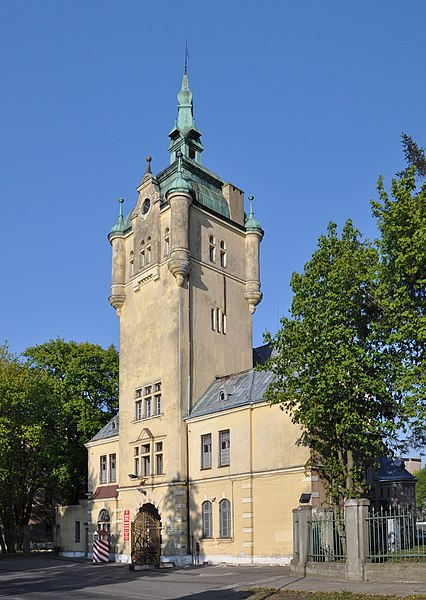 http://upload.wikimedia.org/wikipedia/commons/thumb/1/15/Trzebiatow_NCO_academy_gate_tower_2011-05.jpg/426px-Trzebiatow_NCO_academy_gate_tower_2011-05.jpg