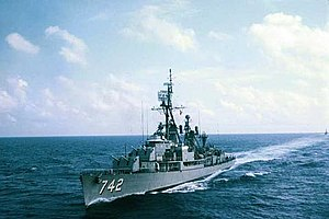 USS Frank Knox (DDR-742) underway in the Indian Ocean, circa 1964