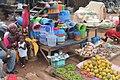 Une vendeuse de produits en plastique.jpg
