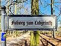 "Verkehrsschild ""Fußweg zum Labyrinth"" 20200406 03.jpg"