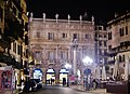 Verona Piazza delle Erbe Palazzo Maffei bei Nacht 1.jpg