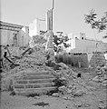 Vervallen gebouw, erlangs een hekwerk met prikkeldraad en erachter een deel van , Bestanddeelnr 255-2373.jpg