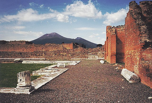 Pohled z Pompejí na Vesuv, zdroj: wikipedia.cs