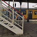 Voetgangersbrug, onderste gedeelte van trap met bevestiging aan perron, detail - Geldermalsen - 20341767 - RCE.jpg