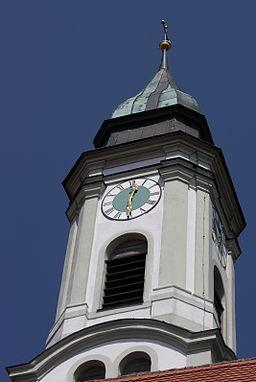 Katholische Pfarrkirche St. Georg in Westendorf, einer Gemeinde im Landkreis Augsburg (Bayern), Turm mit zugespitzter Mansardhaube