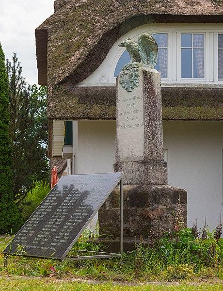 File:Wieck a Darss Bauernreihe Kriegerdenkmal 01.jpg